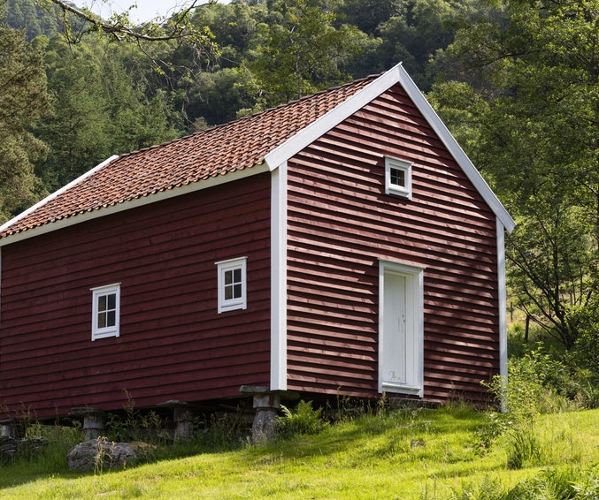 Stabburet på Vikedal bygemuseum er nymalt med komposisjonsmaling. Rød komposisjonsmaling på vegger, hvit linoljemaling på dører og lister.