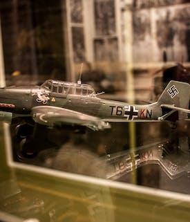 Modellfly i glassmonter. Tysk stupbombefly.
