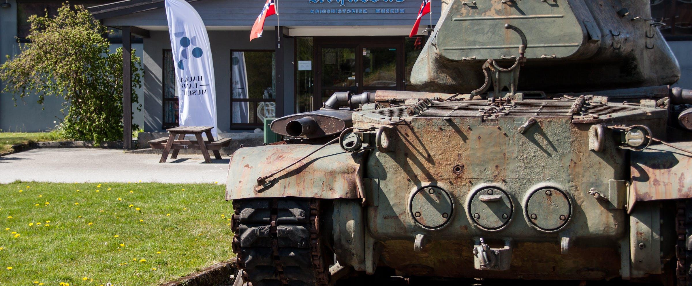 Stridsvogn utenfor museumsinngang