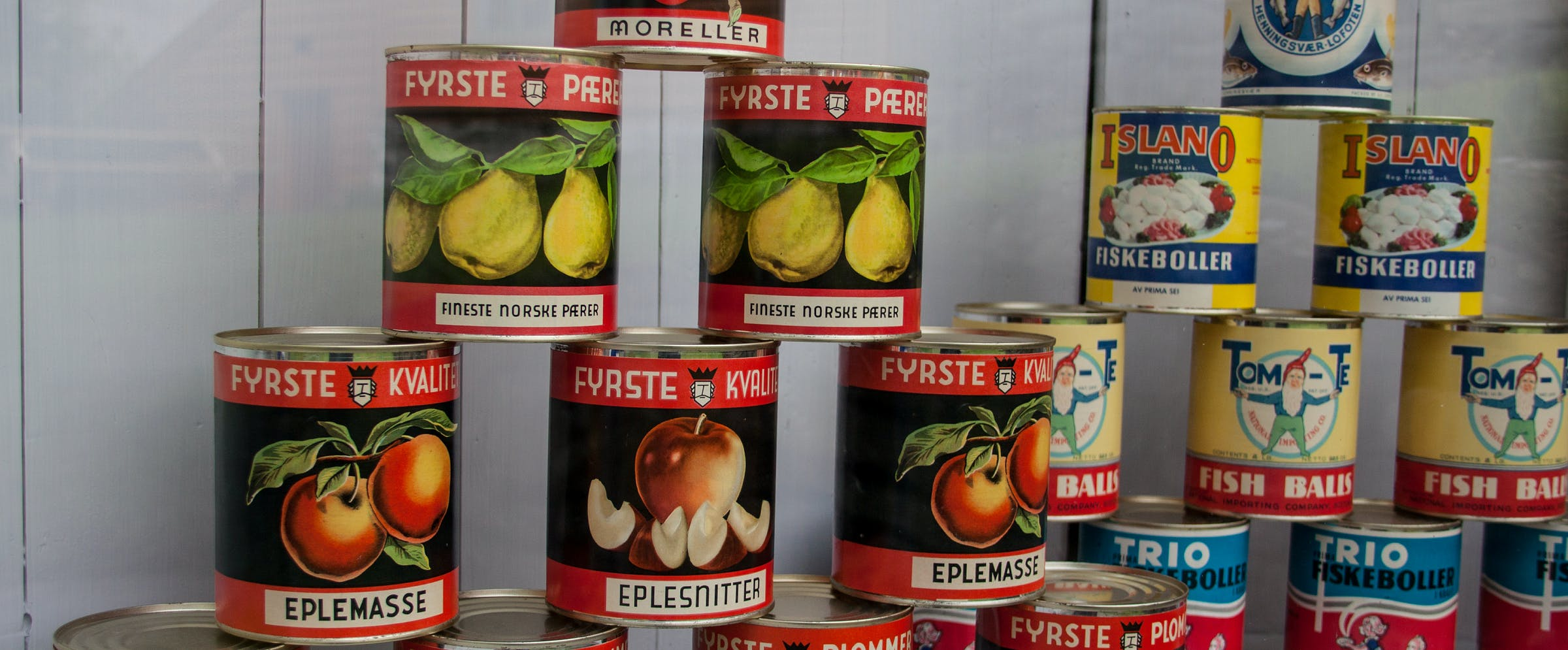 Hermetiske produkter utstilt i kolonialbutikken i Dokken museum.