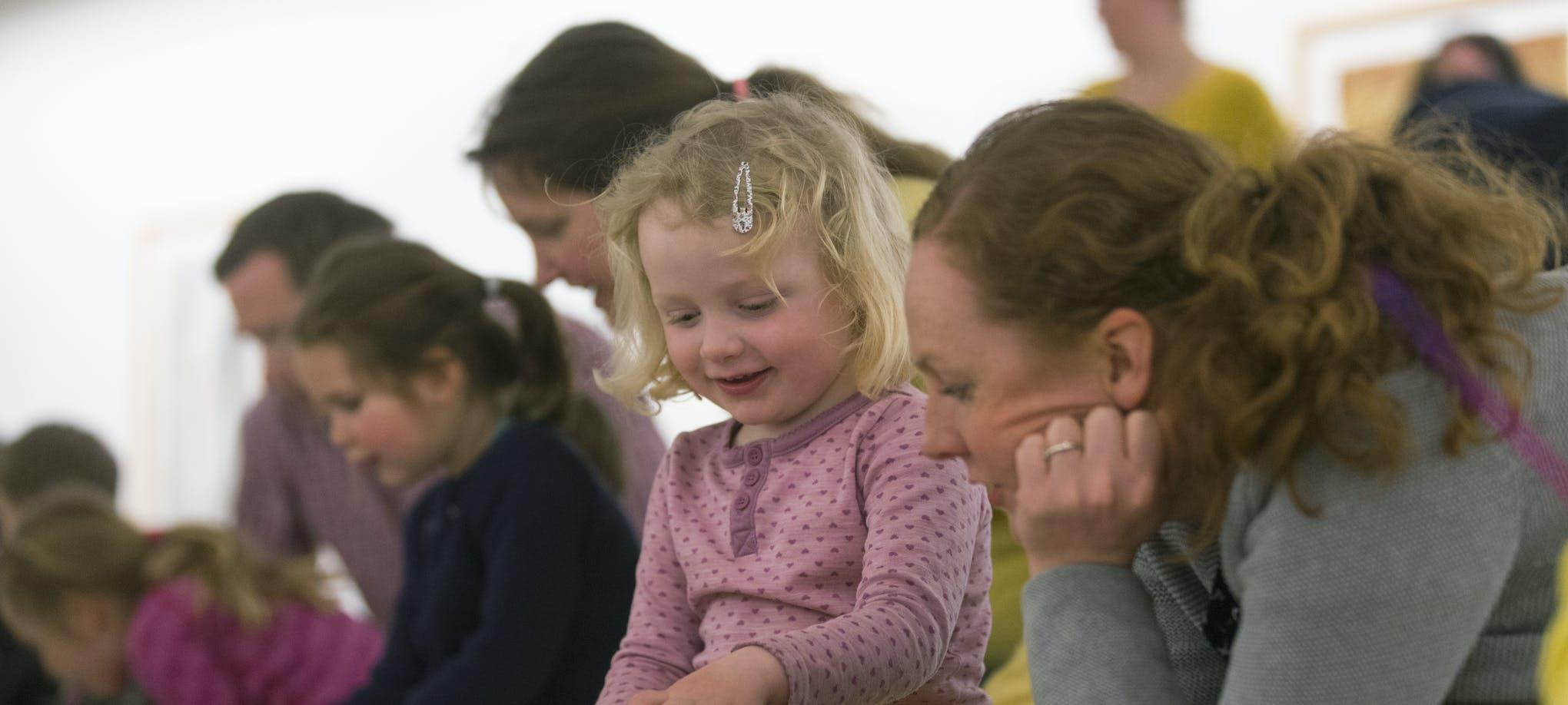 Barn og foreldre i kreativ utfoldelse